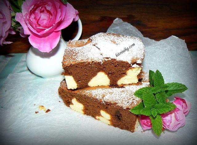 сервиране на шоколадов сладкиш с извара