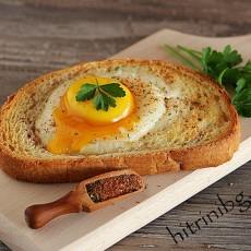 Топъл сандвич с яйце и колбас