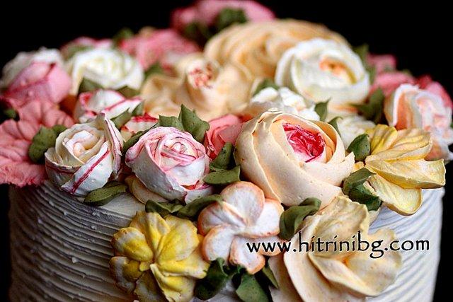 рози от швейцарски крем на торта червено кадифе