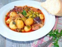 свинско с пресни картофи и грах