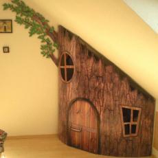 детска къщичка под стълбите