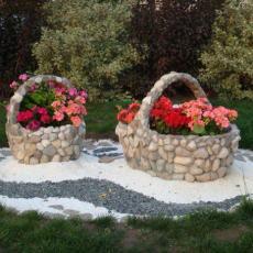 Кашпа от бетон и камъни